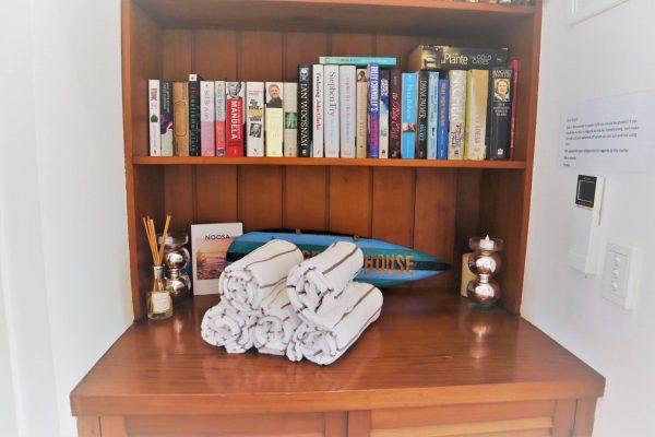 Noosa Terrace Nt 3 Book Shelf N Beach Towels