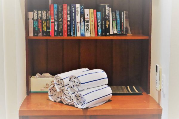 Noosa Terrace Nt 4 Book Shelf N Beach Towels